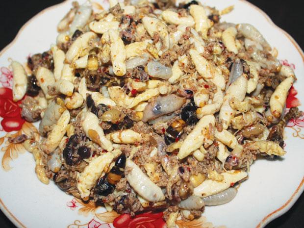 Nhộng ong rừng rang măng chua, món ngon của Mai Châu.
