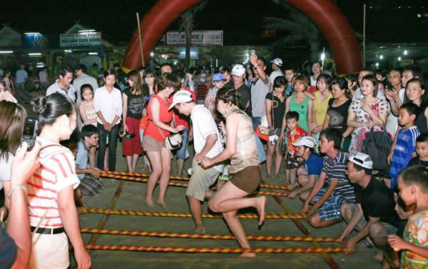 du khách tham gia nhảy sạp tại Mai Châu