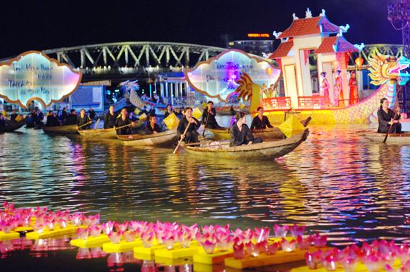 Ngồi thuyền rồng, nghe ca Huế trên Sông Hương - Trải nghiệm nên thử khi du lịch Huế.