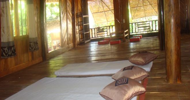 Phòng ngủ tập thể trong nhà sàn ở Mai Châu.