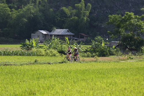 Đạp xe khám phá các bản làng ở Mai Châu là điều du khách thích thú nhất.