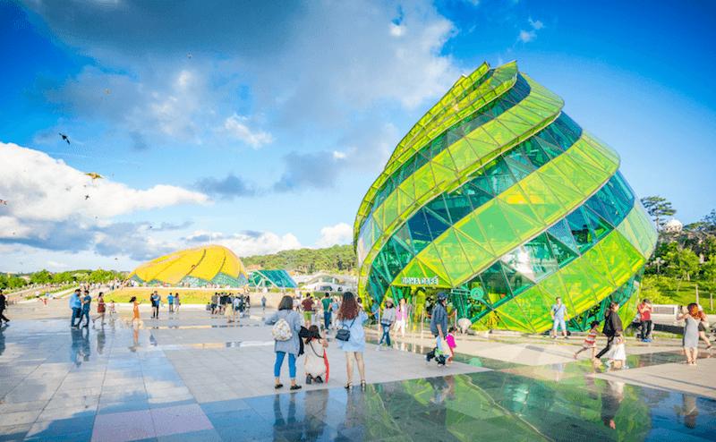 Những công trình nghệ thuật khổng lồ trong quảng trường.