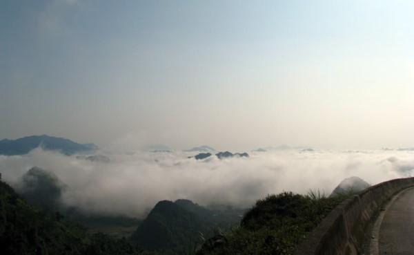 Biển mây nhìn từ đèo Thung Khe.