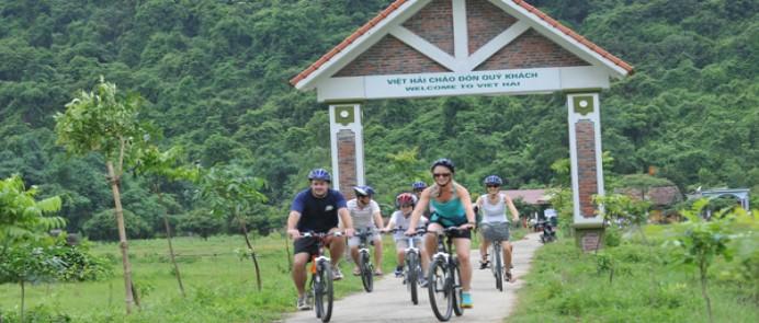 Thăm quan làng Việt Hải