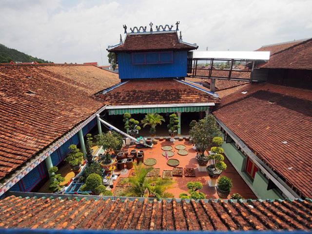 Nhà Lớn Long Sơn hay đền Ông Trần là một quần thể kiến trúc nghệ thuật theo lối cổ