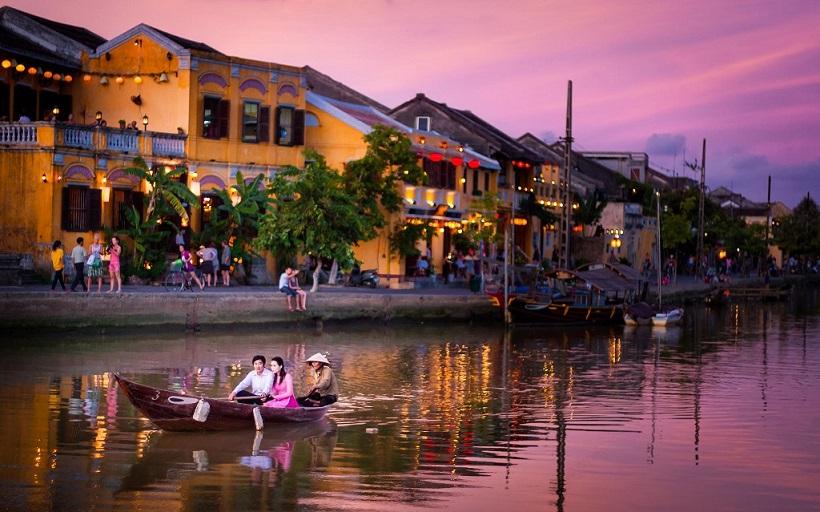 nếu đã chán đi bộ bạn có thể lênh đênh trên dòng nước lấp lánh đủ sắc màu của con sông Hoài