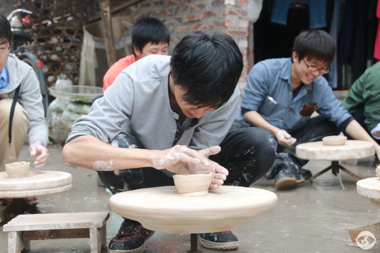 Làng gốm Bát Tràng thu hút rất nhiều khách du lịch đến thăm