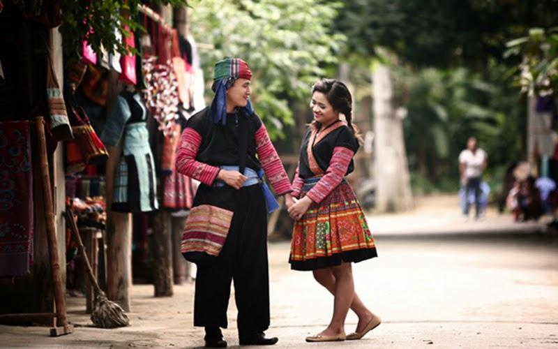 Du khách thích thú tạo dáng với các bộ thổ cẩm đặc trưng của người dân Mai Châu.