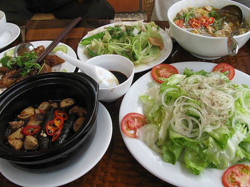 Những đĩa rau tươi ngon luôn được phục vụ đi kèm với các món chính