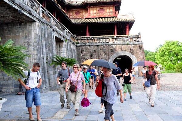 Đi bộ ngắm và cảm nhận sự thơ mộng của Cố Đô - Trải nghiệm nên thử khi du lịch Huế.