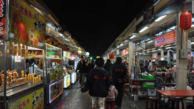 Đài Loan có rất nhiều chợ đêm mà du khách có thể bắt gặp ở bất cứ đâu. Những khu chợ trời được đặc biệt yêu thích bởi nhiều món ngon đường phố như gà rán, đậu hũ thối và các loại đồ xiên nướng... Theo Cục du lịch Đài Loan, 70% khách đến hòn đảo xinh đẹp này đều ghé qua chợ đêm. Đây cũng là điểm được check-in nhiều nhất trên Facebook vào năm 2013 tại Đài Loan