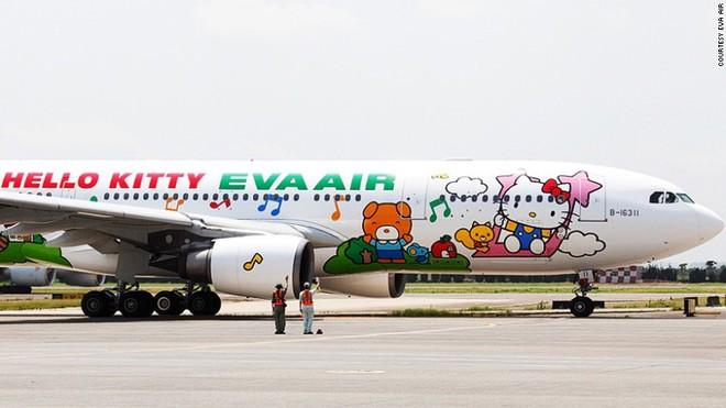 Ngoài chiếc máy bay in hình Kitty nổi tiếng, Đài Loan còn có rất nhiều sản phẩm, dịch vụ gắn liền với chú mèo dễ thương này như khách sạn Grand Hotel Hi-Lai ở Cao Hùng hay bia Hello Kitty mang thương hiệu Sanrio.
