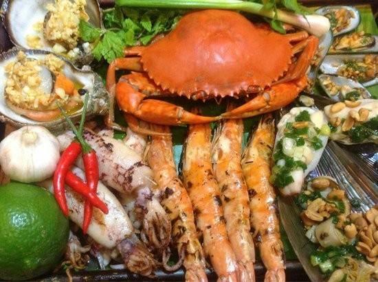 Thưởng thức hải sản: Hải sản Nha Trang nổi tiếng với độ tươi ngon, chủng loại phong phú và giá cả hợp lý. Du khách có thể thưởng thức các loại tôm, sò, ốc... cùng cốc bia mát lạnh tại các quán ăn trên đường bờ kè, đường Trần Phú, làng biển... Ảnh: Tripadvisor.