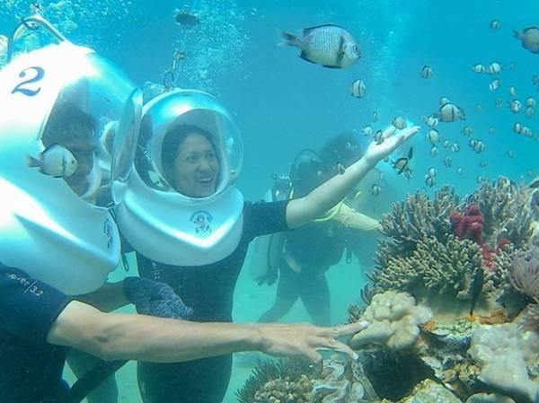 Các trò chơi trên biển: Lặn biển ngắm san hô, đi mô tô nước, bay dù kéo, fly-board... là những trò chơi mạo hiểm thú vị và hút khách ở Nha Trang. Tùy thể lực và túi tiền, du khách có thể trải nghiệm cảm giác phấn khích khi quan sát cuộc sống của các sinh vật dưới đáy đại dương hay bay lượn trên vùng nước xanh biếc.