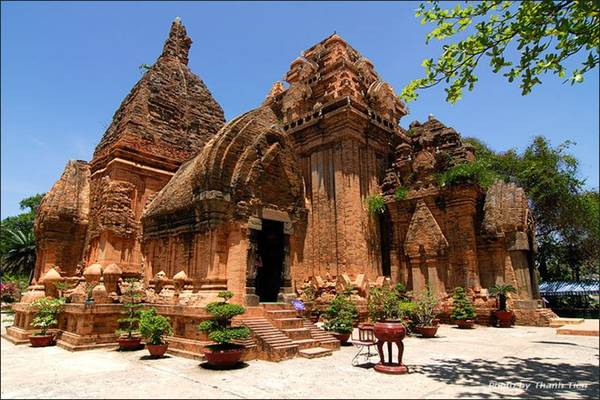 Thăm Tháp Bà Ponagar: Đây là quần thể kiến trúc Chăm Pa thuộc hàng quy mô nhất còn lại ở miền Trung Việt Nam, chứa đựng những giá trị lịch sử và văn hóa quan trọng. Các tòa tháp được xây bằng gạch rất khít, không thể nhìn thấy các mạch vữa. Khi tới đây tham quan, du khách cần mặc quần áo dài hoặc mượn áo lễ do ban quản lý tháp Bà phát miễn phí. Ảnh: Talkvietnam.