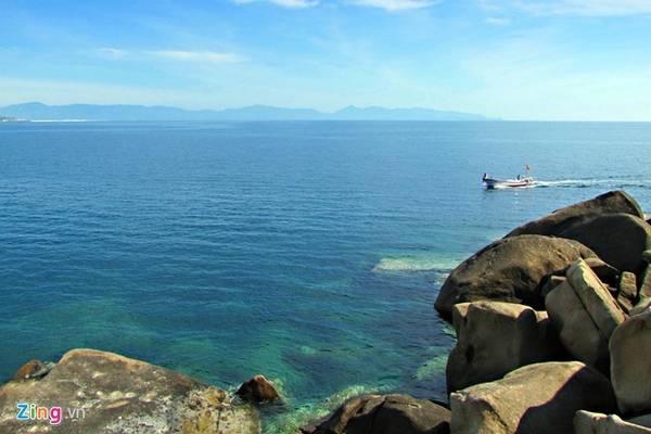 Chu du vịnh Vân Phong: Cách thành phố Nha Trang khoảng 80 km, vịnh Vân Phong hấp dẫn du khách bởi vẻ nguyên sơ. Được lênh đênh trên biển xanh biếc tham quan các hòn đảo, lặn ngắm san hô và thưởng thức hải sản tươi ngon là một trải nghiệm khó quên. Ảnh: Hải An.