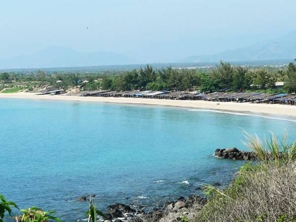 Tắm ở bãi Dài: Bãi Dài của Nha Trang là một trong những bãi biển hoang sơ và đẹp nhất nước. Bờ cát thoai thoải trắng mịn với nước trong vắt là nơi lý tưởng cho các du khách tắm biển, vui đùa. Ảnh: Phunuonline.