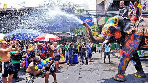 Các công cụ để té nước vào người nhau trong ngày Tết Songkran rất đa dạng, từ xô, chậu, súng phun nước cho tới voi