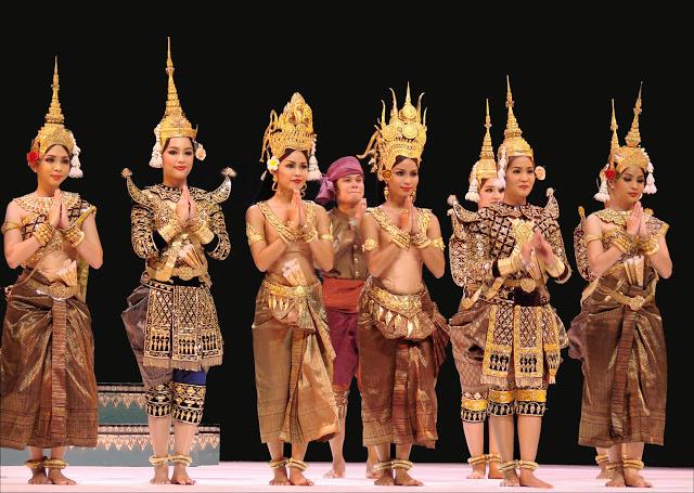 Tết Nguyên đán ở Campuchia, người dân ăn mặc sặc sắc để đến chùa dự lễ