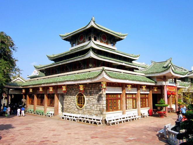 Thăm miếu Bà Chúa Xứ (Châu Đốc): Ngôi miếu có kiến trúc độc đáo và ấn tượng này là một trong những địa điểm linh thiêng nhất nước, đón hơn 2 triệu lượt khách mỗi năm.