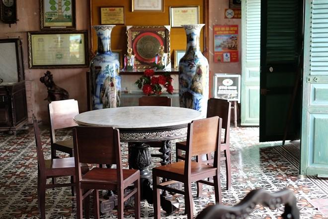 """Ngôi nhà với nội thất theo kiểu phương Đông cùng vườn hoa được chăm sóc kỹ lưỡng là nơi quay nhiều bộ phim nổi tiếng như """"Người tình"""", """"Người đẹp Tây Đô""""..."""
