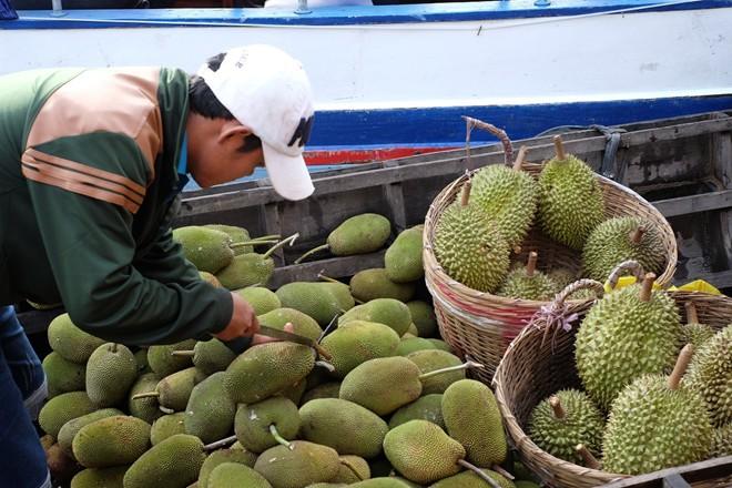 Chợ không chỉ có các ghe thuyền bán hoa quả mà còn có những người bán đồ ăn, đồ dùng. Nhiều gia đình sống trên thuyền từ thế hệ này sang thế hệ khác, mọi hoạt động sinh hoạt đều diễn ra trên sông.