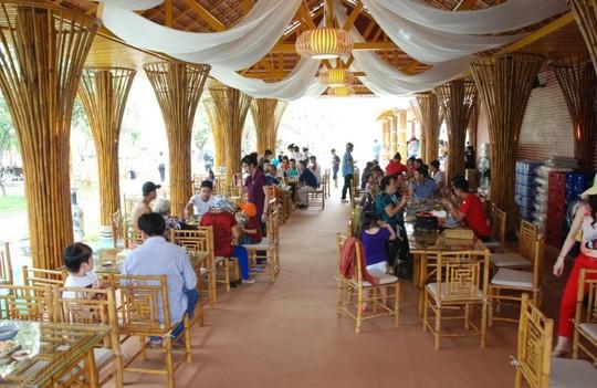 Nơi đây còn hấp dẫn du khách bởi những trò chơi sông nước mới lạ và dịch vụ âm nhạc, ẩm thực.