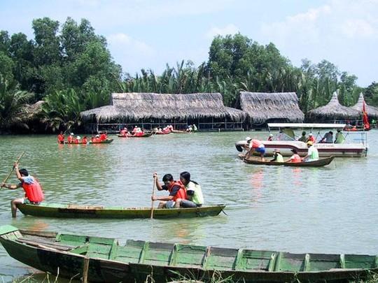 Du khách trải nghiệm các hoạt động thể thao dưới nước khi đến khu du lịch Bò Cạp Vàng - Ảnh: thegioihinhanh.com
