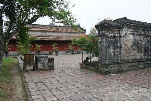Ngoài là nơi an nghỉ của 3 vị vua, lăng còn có hơn 39 tẩm mộ ông hoàng bà chúa cùng 121 ngôi mộ đất của những người thuộc Ðệ Tứ Chánh phái Nguyễn Phước tộc (hệ phái của vua Dục Ðức)