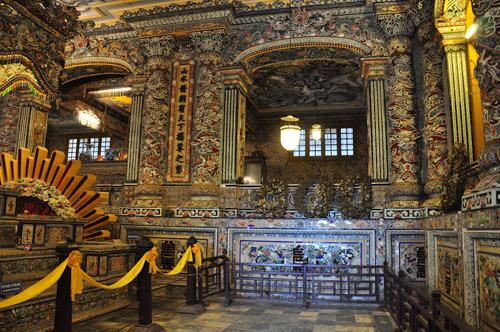 Lăng Khải Định là công trình có giá trị về mặt kiến trúc và nghệ thuật với sự kết hợp kiến trúc giữa Đông và Tây