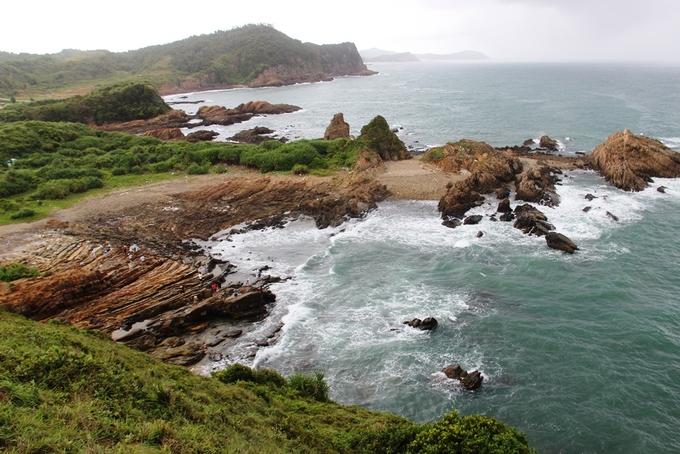 Bãi đá Móng Rồng hay còn gọi là bãi đá Cầu Mỵ, có diện tích hơn 40 ha, dài khoảng 2 km trải dài theo hướng Đông Bắc - Tây Nam của đảo Cô Tô.