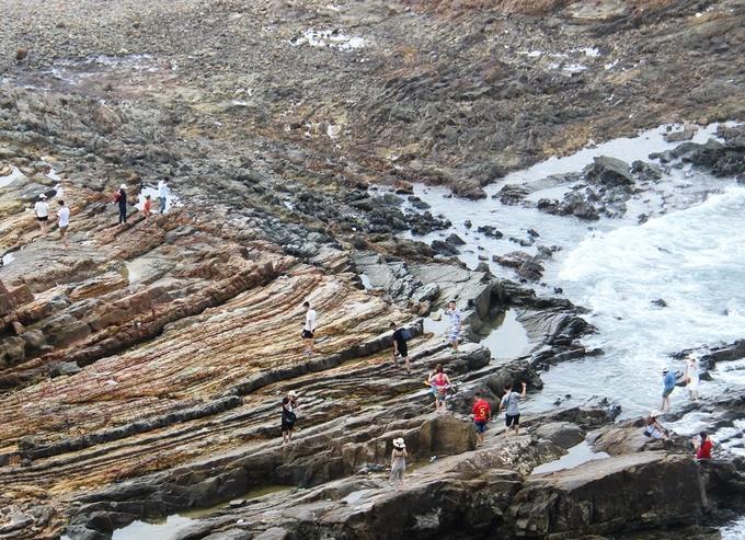 Bãi đá Móng Rồng là một hệ thống những lớp đá trầm tích bị bào mòn qua thời gian hàng vạn năm trước bởi nước biển. Trước đây bãi đá này có tên là Cầu Mỵ, nhưng đến năm 2015 được đổi tên là bãi đá Móng Rồng.