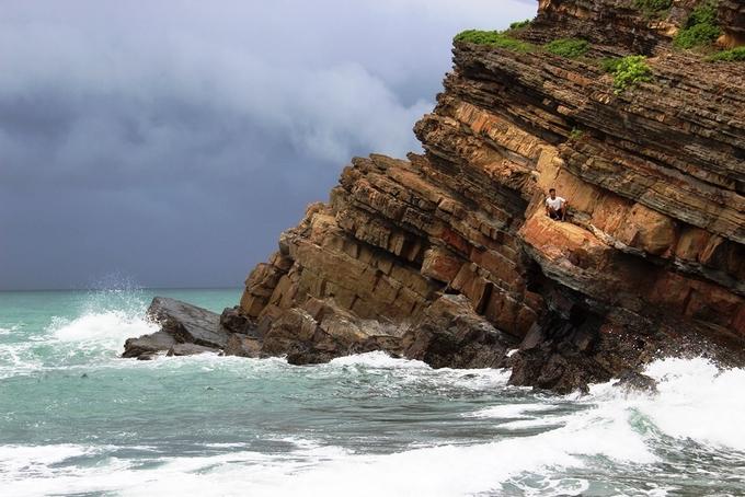 Nhiều người mạo hiểm leo lên những mỏm đá chênh vênh. Những ngày nắng đẹp, từ đây du khách có thể nhìn rõ mặt biển xanh mướt, làn nước trong xanh tận đáy.
