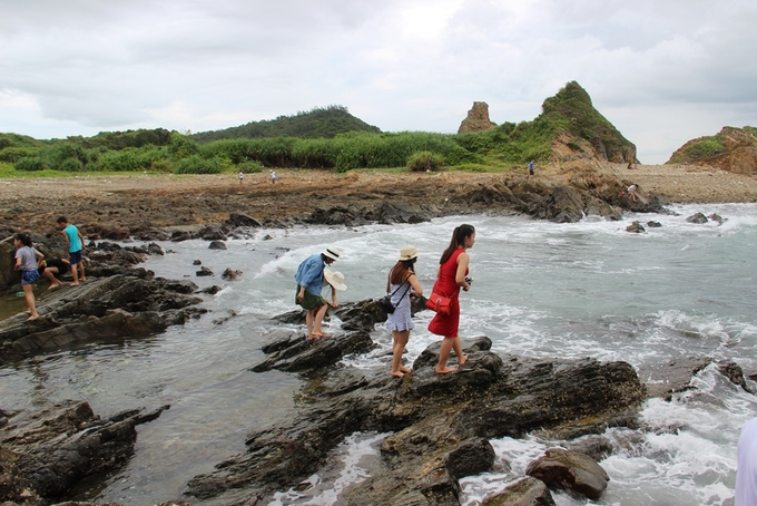 Thuỷ triều lên, sóng vỗ vào các ngách đá phát ra âm thanh vui tai. Đây được xem là nơi đón ánh bình minh và hoàng hôn tuyệt đẹp trên đảo Cô Tô.