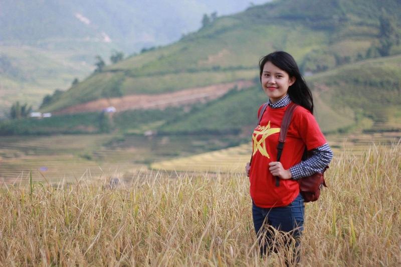 Bạn trẻ chụp ảnh ở thung lũng Lìm Mông