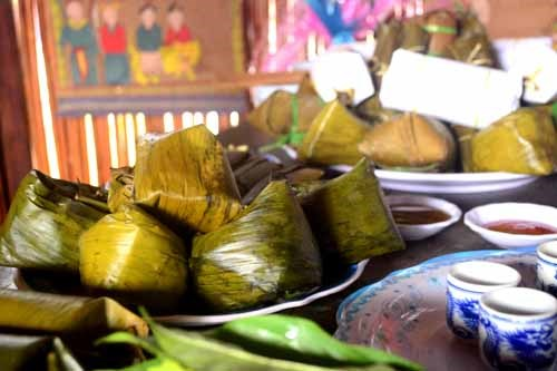 Bánh vắt vai thường có trên bàn thờ của người dân tộc Cao Lan mỗi dịp lễ, Tết