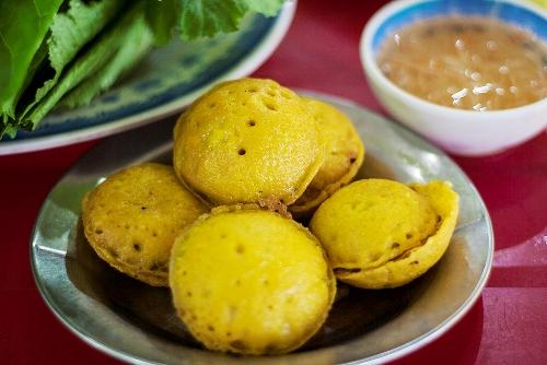 Bên cạnh bánh xèo, bánh khọt cũng rất nổi tiếng ở quán bánh xèo Bảy Tới. Bánh nhỏ, tròn, có màu vàng, khi ăn thì mềm và mịn với bột và trứng. Ảnh: Minh Đức