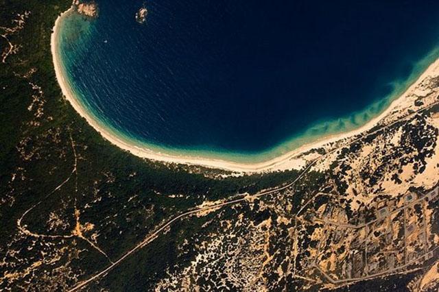 Hình ảnh Bãi Dãi nhìn từ vệ tinh giống như con rồng đang nằm cuộn mình.