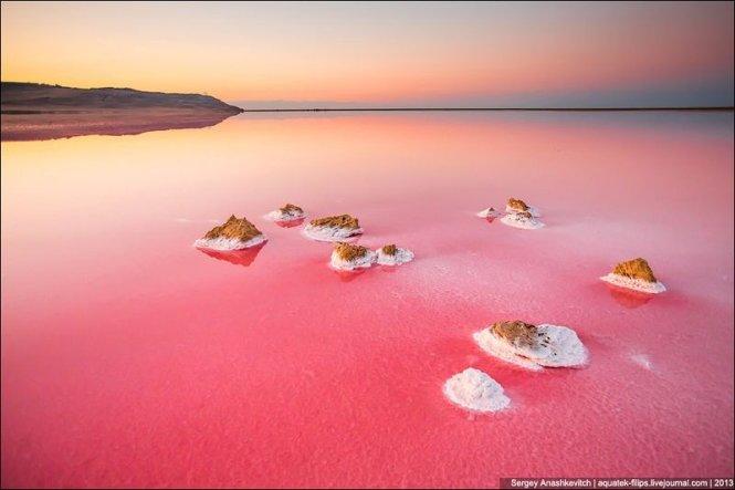 Ngắm hồ nước mặn có màu đỏ như máu ở Crimea