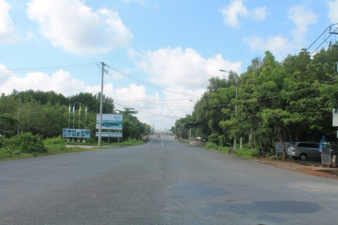 Cách trung tâm Sài Gòn khoảng 50 km, Cần Giờ được biết đến là ốc đảo xanh lý tưởng cho các chuyến picnic của gia đình, bạn bè vào dịp cuối tuần. Nơi đây nổi tiếng với đảo khỉ, rừng sát, biển 30/4 hay chợ hải sản tươi sống Hàng Dương, tạo nên những trải nghiệm thú vị cho du khách khi dừng chân.