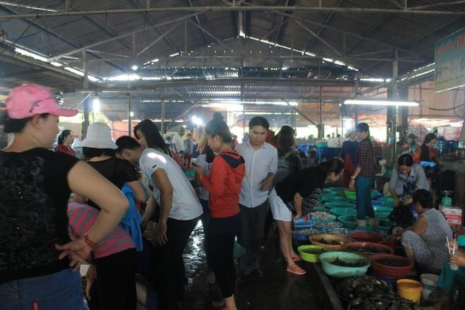 Khác với sự yên tĩnh ở các địa điểm tham quan, chợ Hàng Dương luôn thu hút sự quan tâm lớn của dân địa phương và du khách nhiều nơi, trong đó chủ yếu từ  Sài Gòn. Buổi sáng chợ diễn ra trong khung cảnh náo nhiệt và sôi động với tiếng rao giá, mặc cả của người bán, kẻ mua.