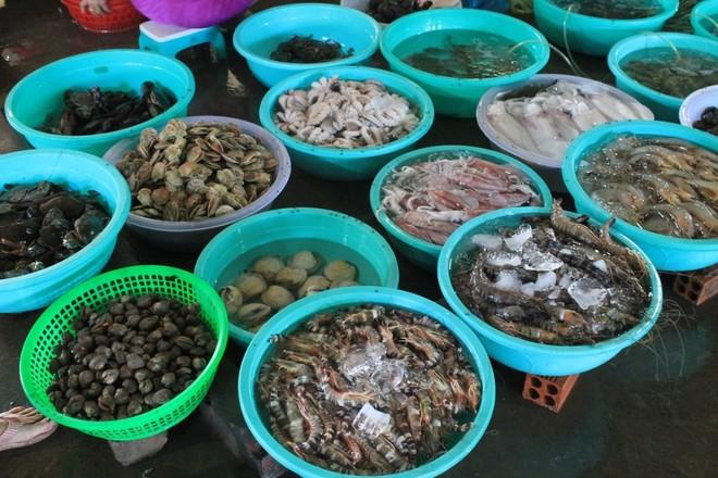 Chợ có nhiều loại hải sản tươi ngon với các mức giá từ thấp đến cao như ốc, cá, mực, cua biển, ghẹ, bạch tuộc, tôm tít,…Giá dao động từ vài chục đến hàng trăm nghìn.