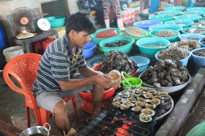 Bên cạnh việc lựa chọn hải sản tươi ngon, du khách nếu không có điều kiện nấu nướng tại chỗ, có thể mua các món đã được chế biến sẵn để thưởng thức ngay hoặc mang ra biển hóng gió và nhâm nhi.