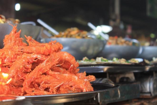 Các quầy hàng hải sản chín được người dân chế biến bày bán la liệt khắp chợ. Du khách cũng dễ dàng tìm mua những món chín ưa thích ở bãi biển 30/4 tại các gánh hàng rong. Tôm cua lăng bột, ốc len xào dừa, mực nướng… trở thành những món ăn liền tại chỗ, thu hút nhiều bạn trẻ.