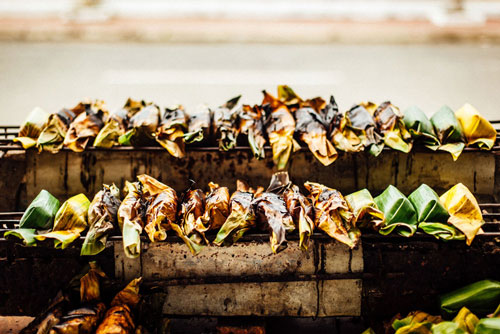Người nướng phải trở luôn tay cho đều các mặt. Khi lá chuối cháy sém vàng, lớp vỏ ngả màu và mùi thơm bốc lên là bánh chín