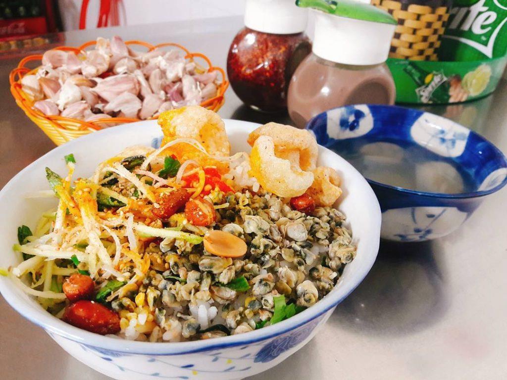 Tô cơm hến Huế hoàn chỉnh với đủ vị chua cay, béo ngậy