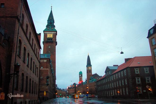 Copenhagen là thủ đô, một thủ phủ năng động của Đan Mạch. Cảnh quan ở đây là sự kết hợp hài hòa của các khu phố lịch sử và những công trình hiện đại, đầy ngẫu hứng. Nơi đây còn được mệnh danh là thành phố xanh và hạnh phúc nhất thế giới.
