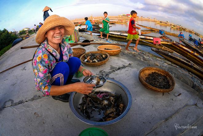 Sau khi phân loại và lựa chọn cẩn thận, cua, cá... sẽ được mang ra chợ hoặc bán tại chỗ. Mỗi một kg cá kình mua tại đầm được bán 100.000 đồng và một ký tôm lớn có giá 150.000 đồng.
