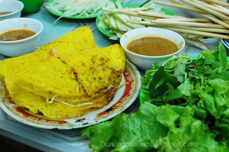 Bánh xèo Đà Nẵng nhỏ xinh chấm cùng mắm đậm đà
