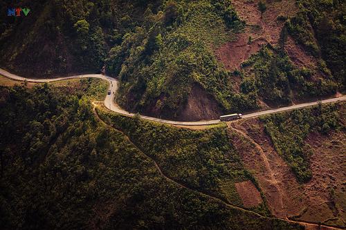 Con đường quanh co của đèo Khau Phạ